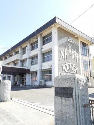 平川小学校まで1000m