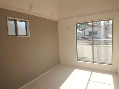 バルコニーに面する日当たり良好な主寝室約7.5帖。ブラウンのアクセントクロスが落ち着く空間を演出。