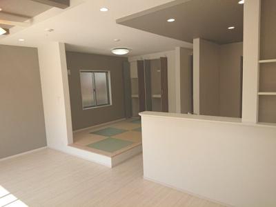 LDK約20.7帖にタタミコーナーを併設した開放的な空間に。デザイン面も考慮したお住まいです。