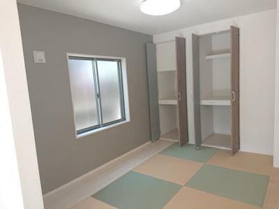 リビングとの馴染みが良い縁なしのカラー畳を採用。キッズスペースとしてもぴったりのデザインですね♪