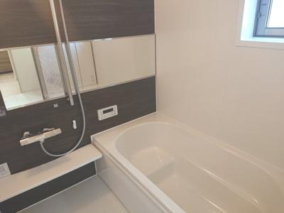 節水効果もあるベンチ型の浴槽を採用。小さなお子様が腰を掛けたり、浴槽内へのサポートをしてくれます。