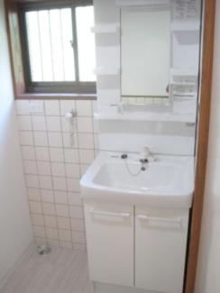 窓付きの明るい洗面所!忙しい朝にうれしい洗髪洗面化粧台!