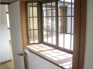 通常の窓よりも解放感が得られる出窓! インテリアスペースとしても活用できます!