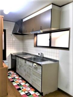 IHキッチン! 調理器具をキッチン上の棚に収納すれば、料理中にすぐ取り出せます。