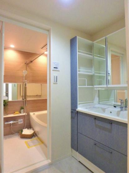 サンリット西新井:三面鏡付き洗面化粧台下の収納のほか、棚も付いております!