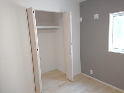 全居室に収納スペースをご用意しております。ハンガーパイプ付なので長い丈のお洋服もシワになりませんね♪