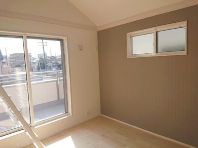 南西向きバルコニーに面する約7.0帖の主寝室です。たっぷりの陽光を取り込み、パッと明るい室内に♪