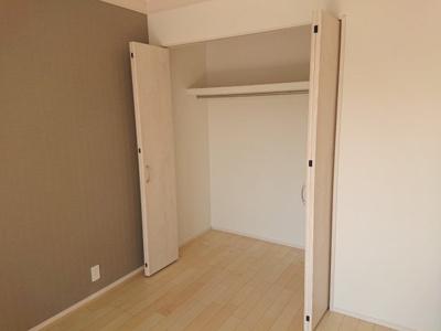 ハンガーパイプ・上部棚付の収納です。衣装ケースが入る横幅があるため、収納アレンジがしやすいですよ◎