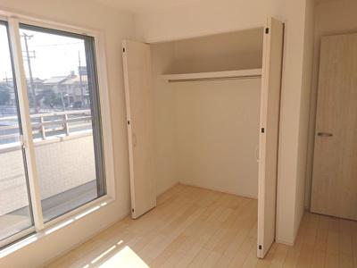 広さがあるため衣装ケースや吊り下げ収納を使用し、自分にあった収納空間をアレンジすることができます。