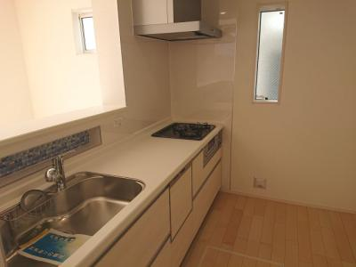 3つ口ガスコンロを採用した対面式キッチンです。家事負担を軽減してくれる食器洗浄乾燥機を搭載しました。