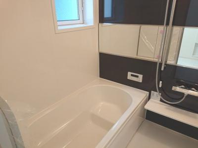 腰を掛けてゆっくりご入浴できるベンチタイプの浴槽を採用!お子様の浴槽内への出入りもサポート♪