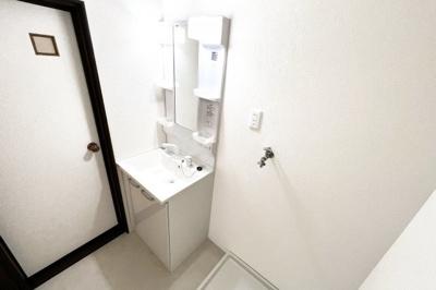《洋室6帖:2F》DK続きの洋室です。南向きで陽当りのよいお部屋です。
