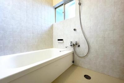 《洋室6帖:2F》南側に掃き出し窓があり明るく風通しの良い洋室です。