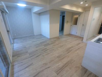 リビングは大きくバルコニーに面しており風通し◎ 壁付けタイプのキッチンでお部屋を広くお使いできます。