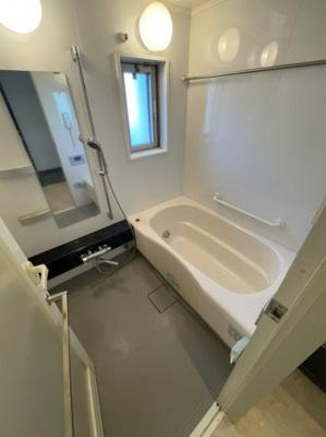 浴室にはマンションには珍しく窓もございます、もちろん浴室乾燥機・ミストサウナなどフル装備の浴室です。
