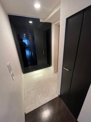 玄関には大きな下駄箱が備え付けられており、廊下部分にも収納箇所がございますのでたくさんの荷物を収納可能です。
