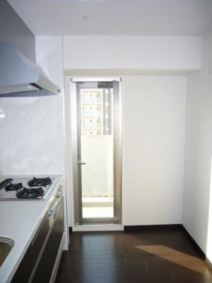 もちろんキッチン側の勝手口からのほどよく日差しが差し込みますのでキッチン部分も明るく照らされます。