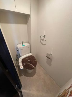 トイレにも備え付けの吊戸棚もございますので、トイレ用品のスッキリ収納可能です。