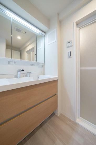 ガラ・ステーション東日本橋:清潔感のある三面鏡付き洗面化粧台です!