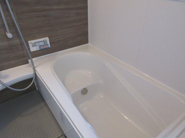 一日の疲れを癒やしてくれる1坪のバスルーム。ボタンを押すだけの操作でお湯はりも楽々