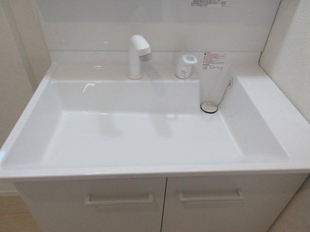 シャワー水栓は引き出し可能で、シャンプーや手洗い洗濯などをスムーズに行うことができます。