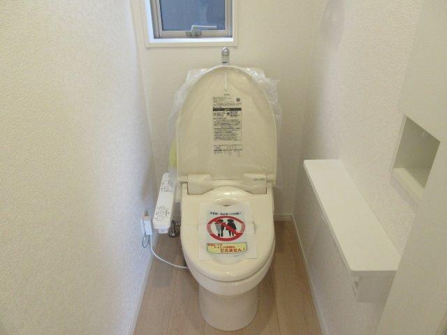 1階温水洗浄付きのトイレです。もちろん窓もあり換気もしっかりできます