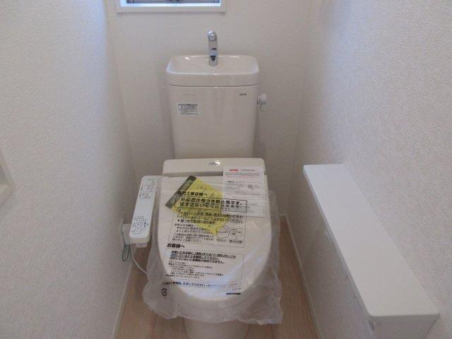 2階トイレには快適な温水洗浄便座付