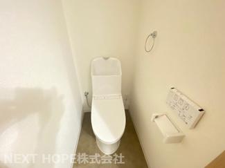 新品のトイレです♪温水洗浄便座です!水廻り全てが新品で気持ちよくご入居していただけます!