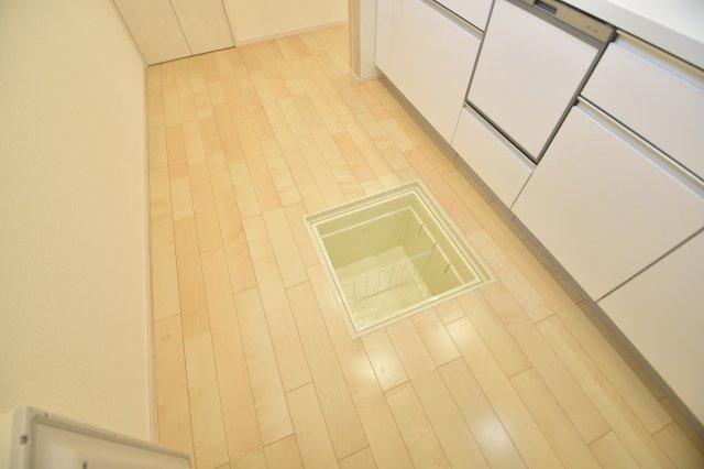 ストックの保存に便利な床下収納あり!