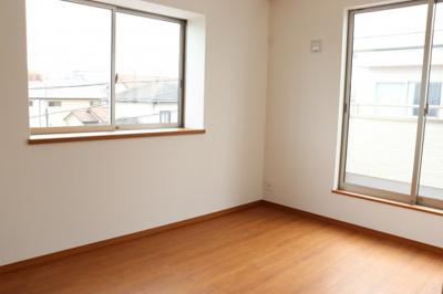 (同仕様写真)全室南向きの全3室。主寝室7帖含め全室6帖以上です。シンプルな色合いなのでお好みの居室を演出するのも楽しみの一つですね!