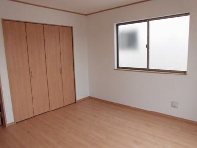 (同仕様写真)全居室収納スペースを設けました。枕棚もあるので小物も綺麗に整理出来ますね