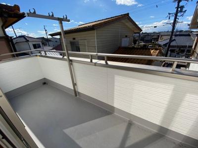 (同仕様写真)南側の居室2部屋にそれぞれ面した日当たりの良いバルコニー。洗濯物もしっかり乾いて奥様の家事も捗りますね