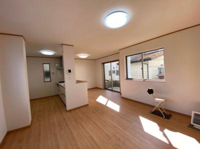 (同仕様写真)自然光がしっかり入るリビングは2面採光で気持ちよくおくつろぎいただけますね。シンプルで飽きの来ない色合いを基調としているので置く家具の色やカーテンの柄を選びません。