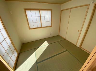 (同仕様写真)廊下からの出入りも可能な2way和室。2面採光の5帖です。LDKと一体活用で20帖以上の空間となります