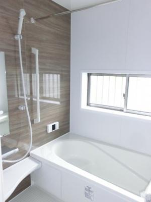 (同仕様写真)落ちついた色合いの浴室は半身浴も出来て一日の疲れをリフレッシュするのによいですね。 窓からの採光もしっかりあって湿気対策もばっちり。毎日のバスタイムを気持ちよく満喫できますね