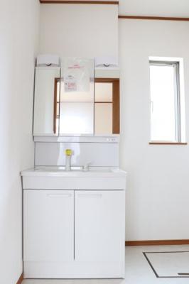 (同仕様写真)白を基調とした洗面室なので清潔感もあり、気持ちよく毎日お使い頂けますね。