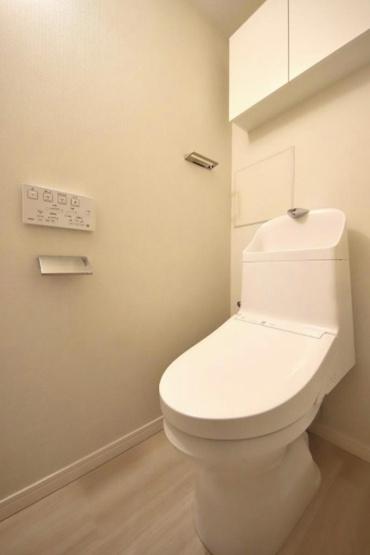 パークシティ杉並:ウォシュレット機能付き節水型トイレの上には吊戸棚収納が付いております♪