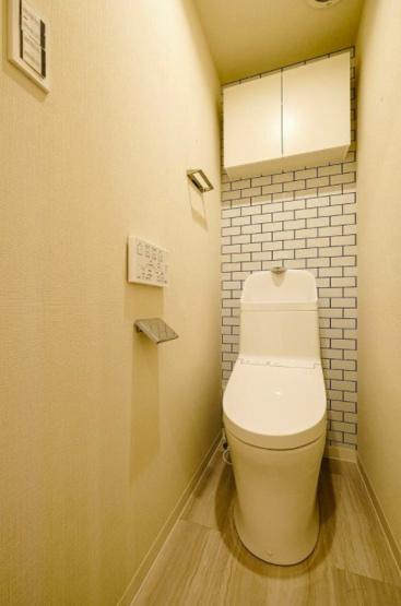 武蔵野ハイム:ウォシュレット機能付き節水型トイレの上には吊戸棚収納が付いております♪