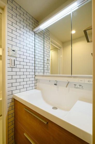 武蔵野ハイム:清潔感のある三面鏡付き洗面化粧台です!