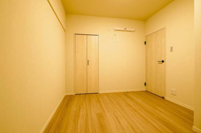 武蔵野ハイム:約4.8帖の洋室1にはクローゼットと窓が付いております!