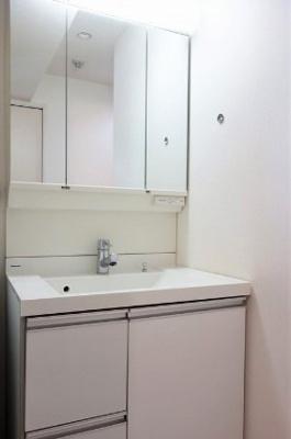 菱和パレス若松町の洗面化粧台です。