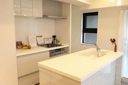 白を基調とした収納スペースもたっぷりなキッチン^^