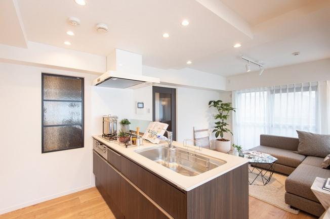 お部屋を見渡せる対面式キッチン 廊下側におしゃれな窓を設置