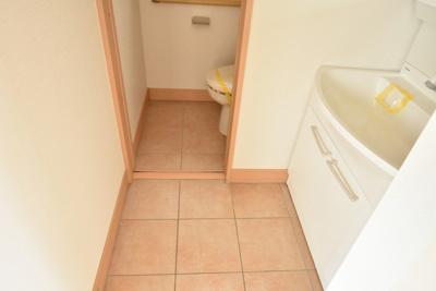 洗面所とトイレの床はタイル貼り。1階全室床暖房なので冬でも暖かいです♪