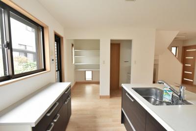 キッチンの後ろには食器棚、横にはパントリーがあります