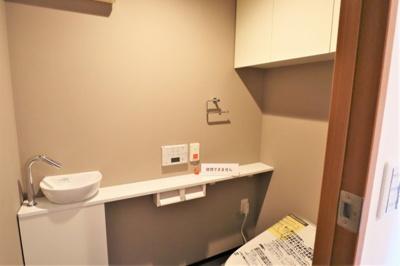 手洗いボウルのあるトイレスペース。 トイレ新調済です。