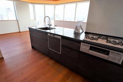 システムキッチン新調済です。全室フローリング張替済。