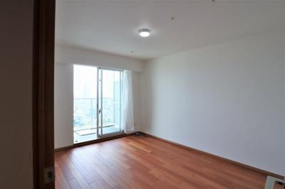 洋室約9.1帖は主寝室にいかがでしょうか。バルコニーに面しています。