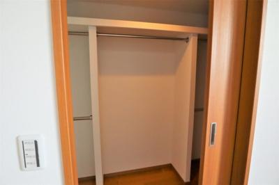 洋室約9.1帖のウォークインクローゼット たっぷり収納できます。