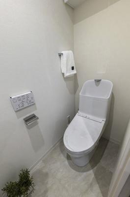 お掃除の手間を減らしてくれる機能が充実したトイレです。毎日使う場所だから清潔に保ちたいですよね。収納に便利な吊戸棚も備え付けです。